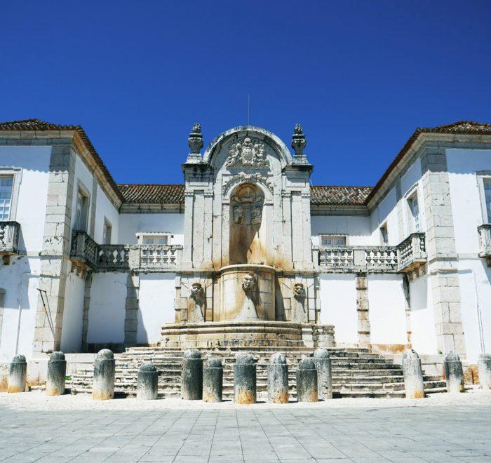 Palácio dos Arcebispos na praça manumental de santo antónio do tojal